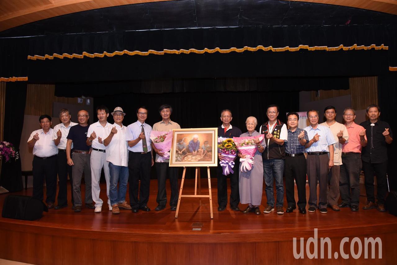 畫家施並錫教授贈畫給陳綢的儀式,今天在南投縣文化局舉行,場面溫馨感人。記者張家樂...