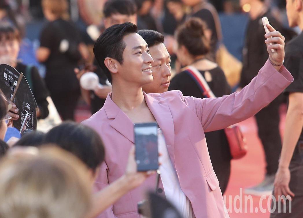 「與神同行:最終審判」在台北市民廣場舉辦巨星紅毯見面會,演員朱智勛在紅毯上與影迷