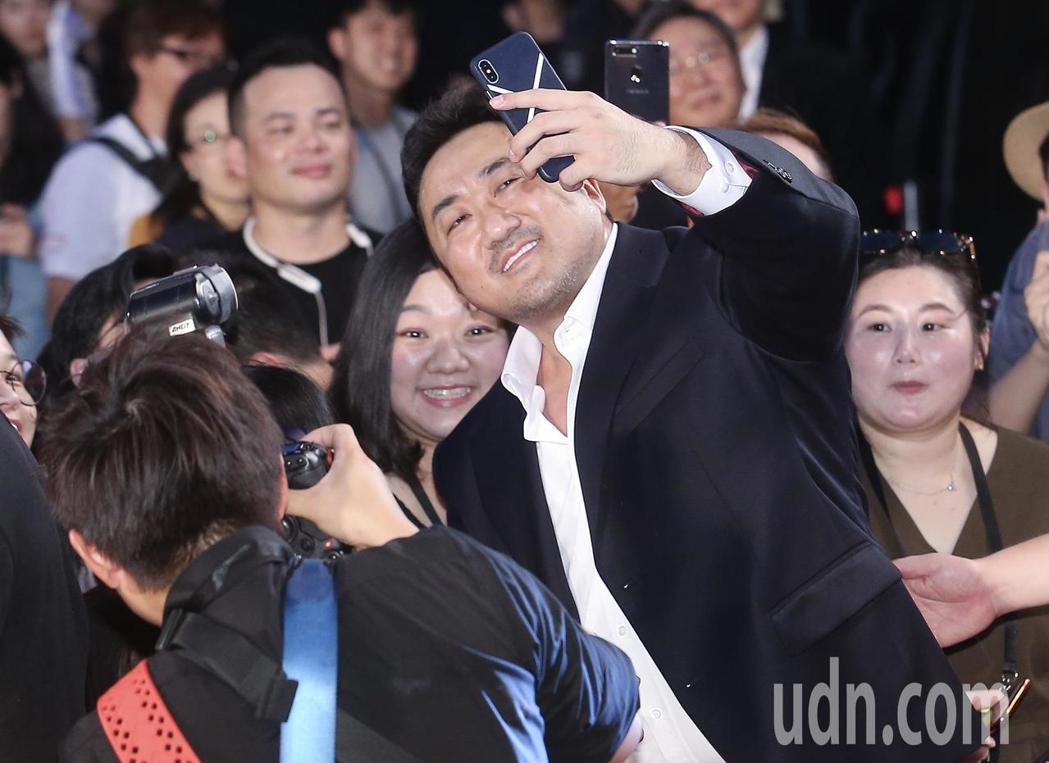 「與神同行:最終審判」在台北市民廣場舉辦巨星紅毯見面會,演員馬東石在走紅毯時與影...