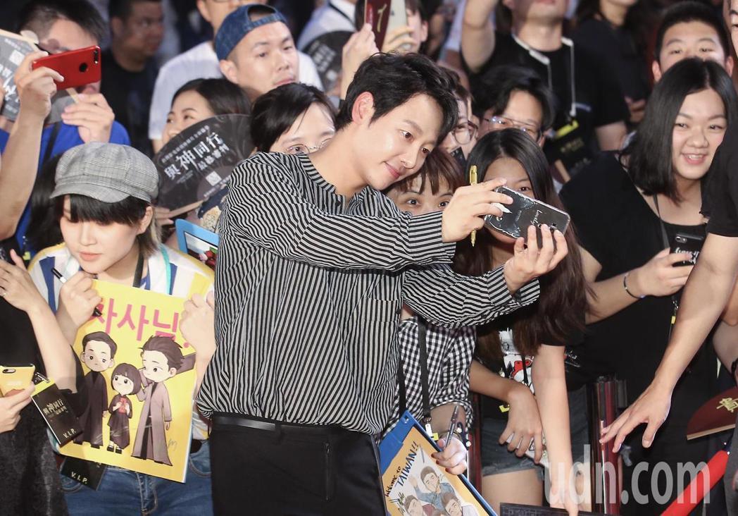 「與神同行:最終審判」在台北市民廣場舉辦巨星紅毯見面會,演員金東旭在走紅毯時與影...