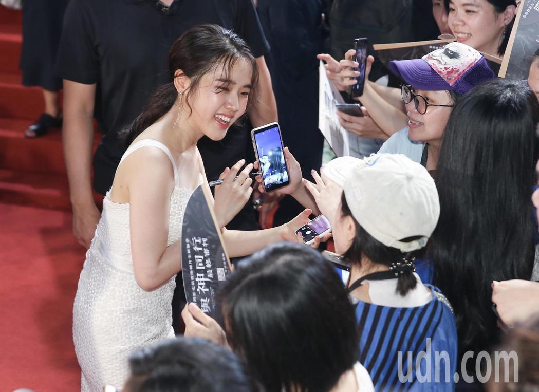 「與神同行:最終審判」在台北市民廣場舉辦巨星紅毯見面會,演員金香起在紅毯上為影迷...