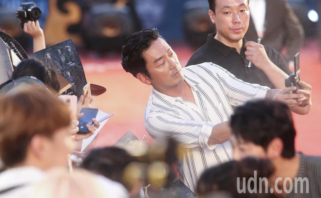 「與神同行:最終審判」在台北市民廣場舉辦巨星紅毯見面會,演員河正宇在走紅毯上與影...
