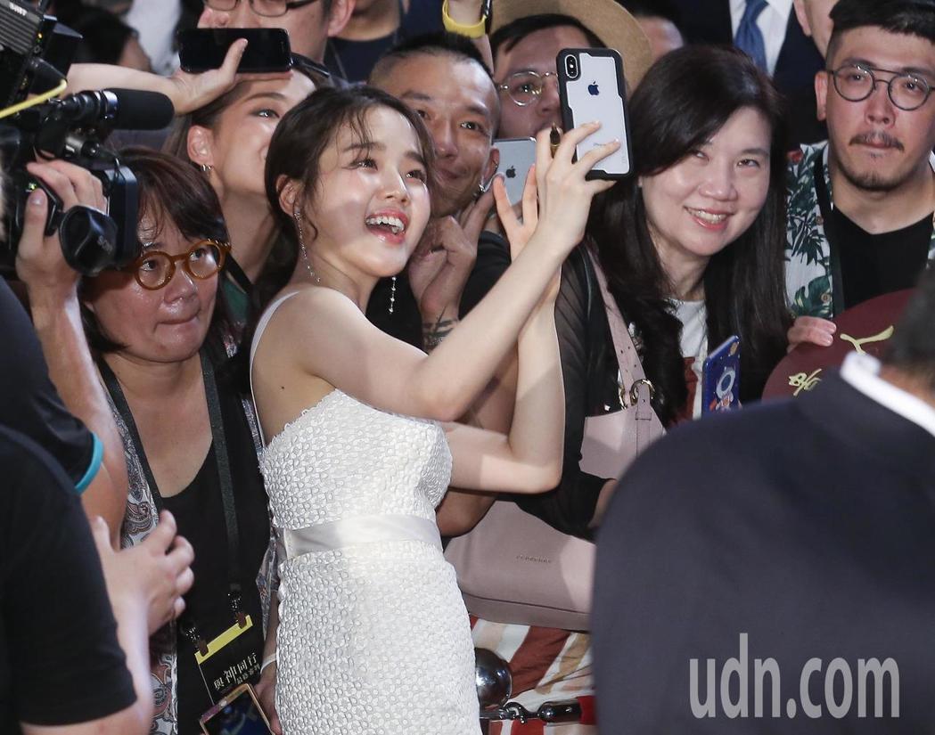 「與神同行:最終審判」在台北市民廣場舉辦巨星紅毯見面會,演員金香起在紅毯上與影迷...