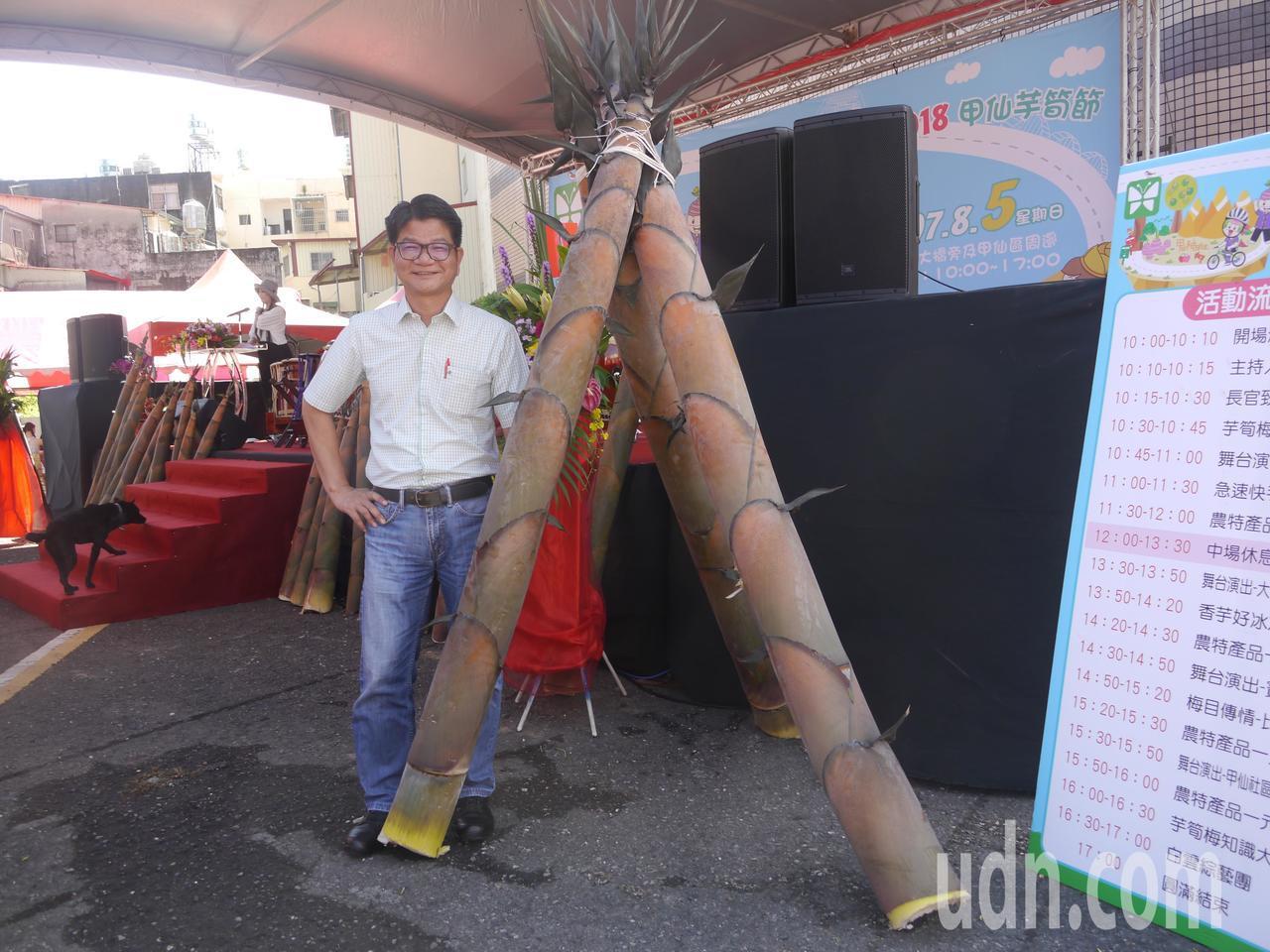 高市府農業局長鄭清福身高175公分,身旁的竹筍比他還高。記者徐白櫻/攝影