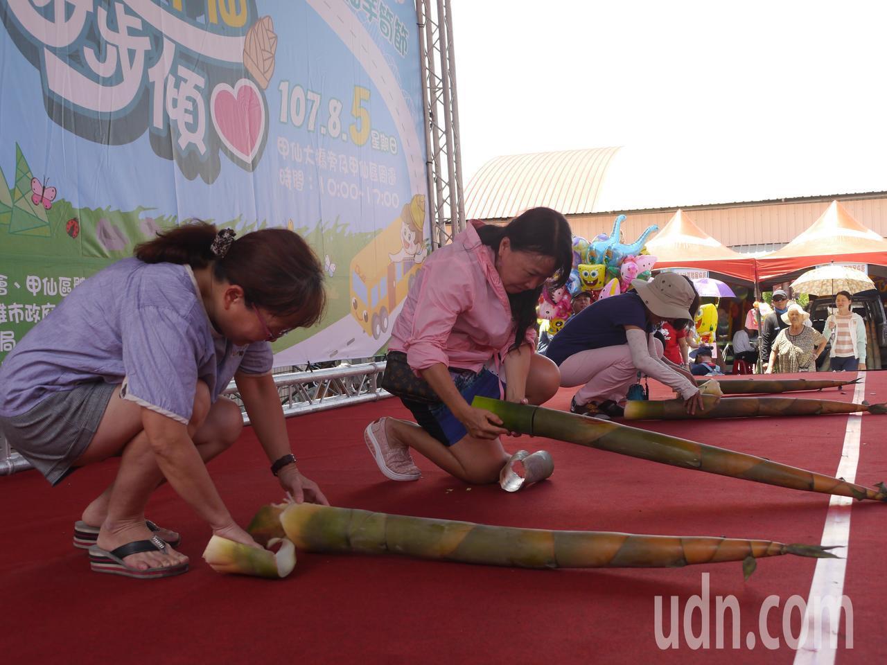 甲仙芋筍節活動之一,遊客參加剝筍比賽,最快者不到1分鐘就剝完一隻麻竹筍。記者徐白...