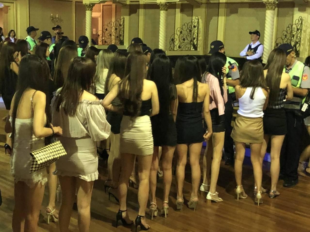 警方擴大臨檢舞廳,許多細肩帶露背正妹排隊接受身分查對。記者黃宣翰/翻攝