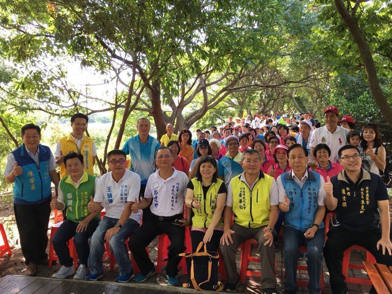 新竹縣竹北泰和里今天舉行「父親節感恩暨親子健行」活動,用健康流汗運動的方式,提前...