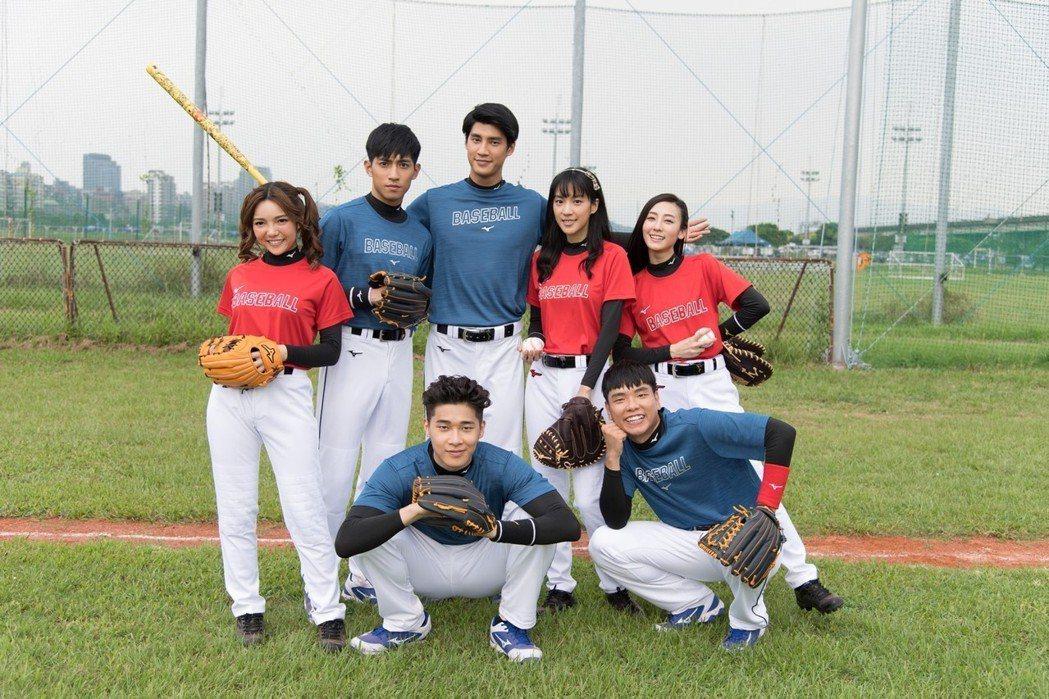 羅宏正(後排中)與劇中學生一起練棒球。圖/三立提供