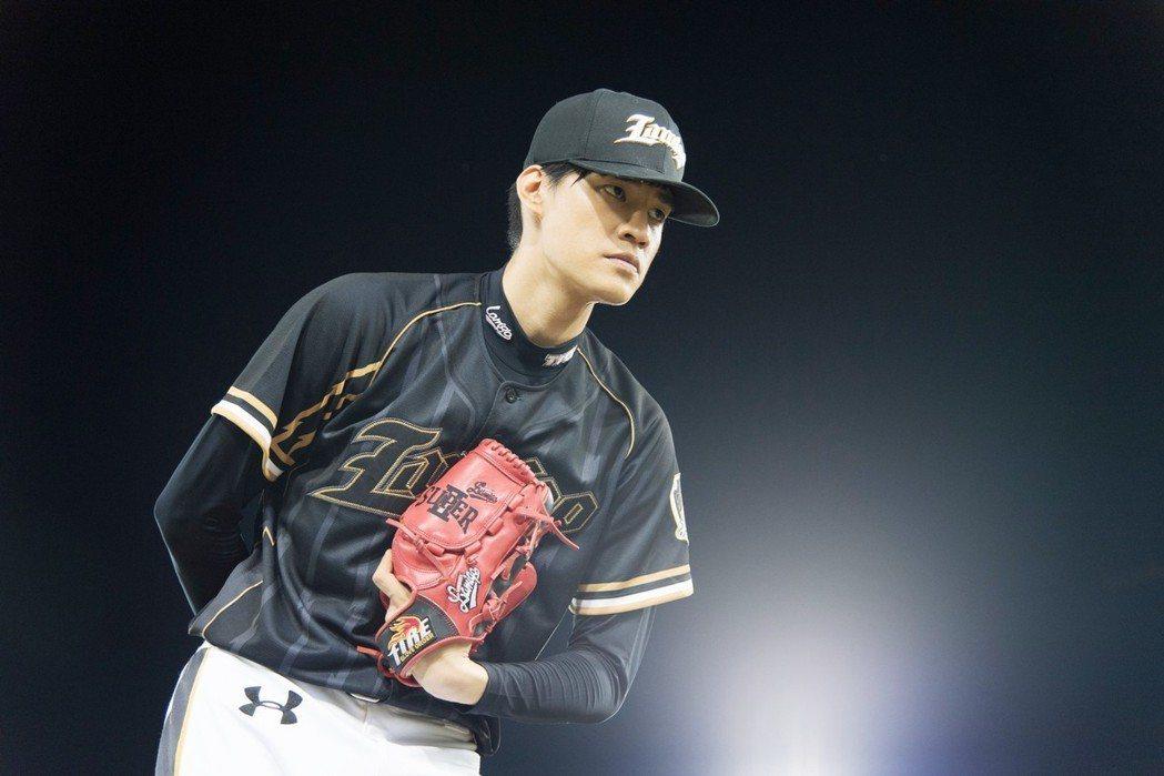 羅宏正為戲苦練棒球基本動作。圖/三立提供