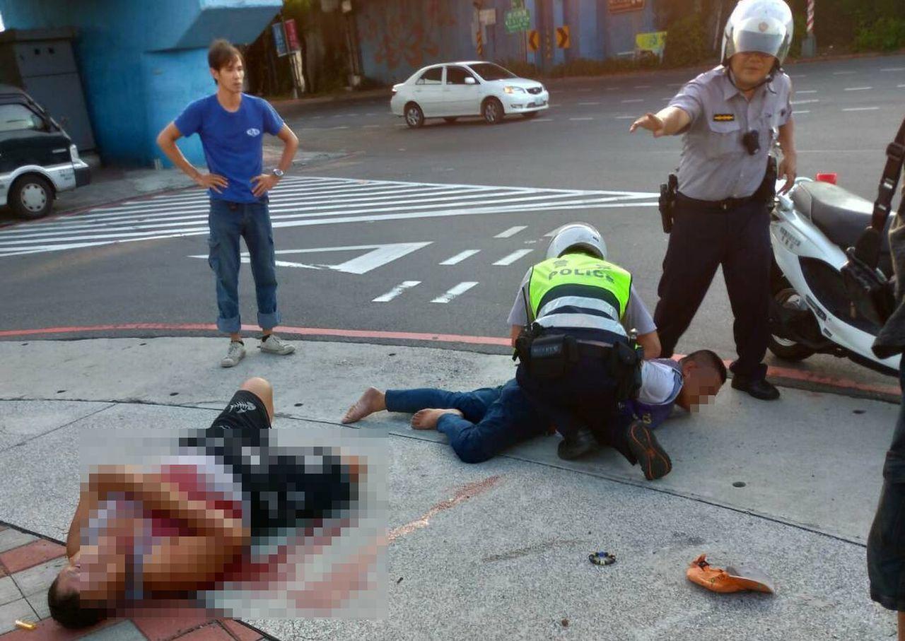 身材壯碩的李姓男子身中3刀倒臥血泊中,警方趕抵壓制逮捕凶嫌,帶回派出所調查。圖/...