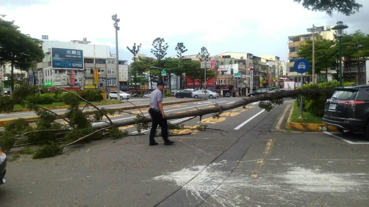 警方派員前往處理,並在現場維持交通,約1小時排除路況。記者邵心杰/翻攝