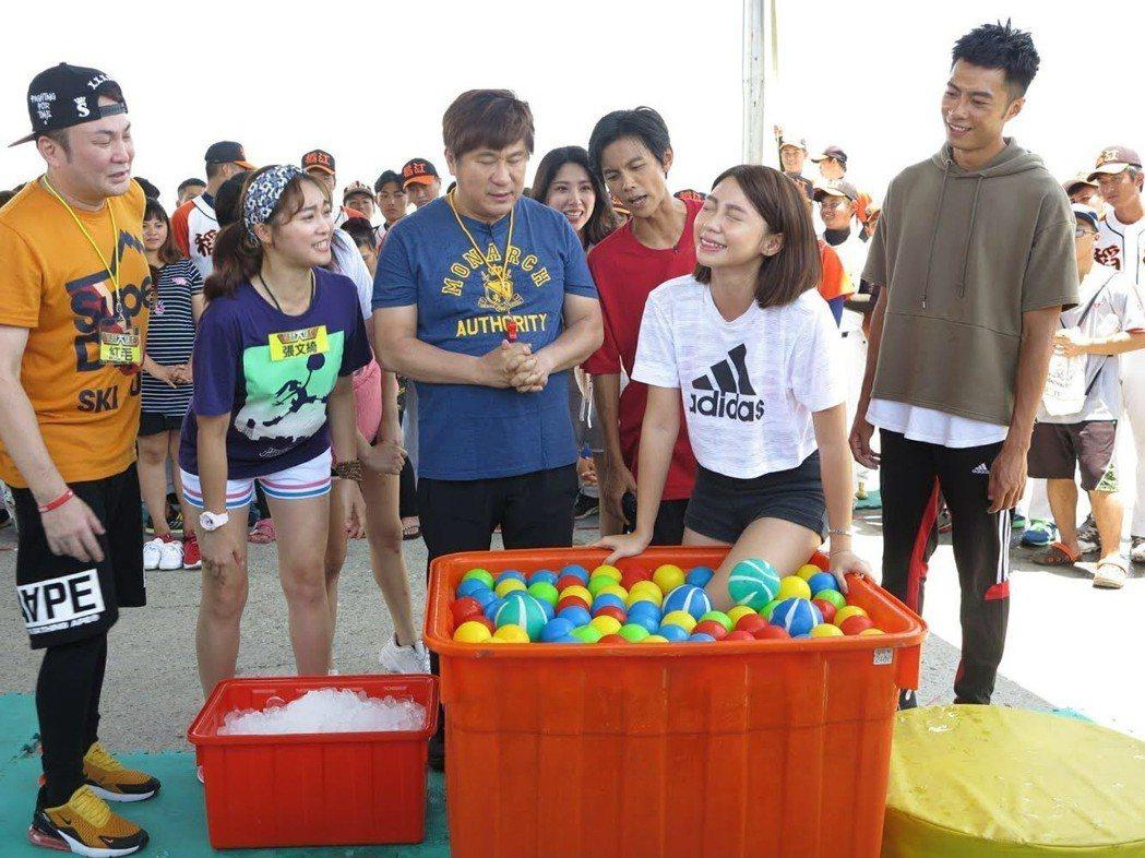 曾智希在冰水中玩遊戲。圖/民視提供