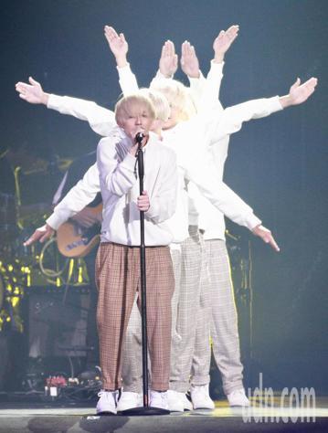 「超犀利趴」第二天,剛升格當爸爸的歌手林宥嘉染一頭白髮以新人「林小弟」的造型現身。