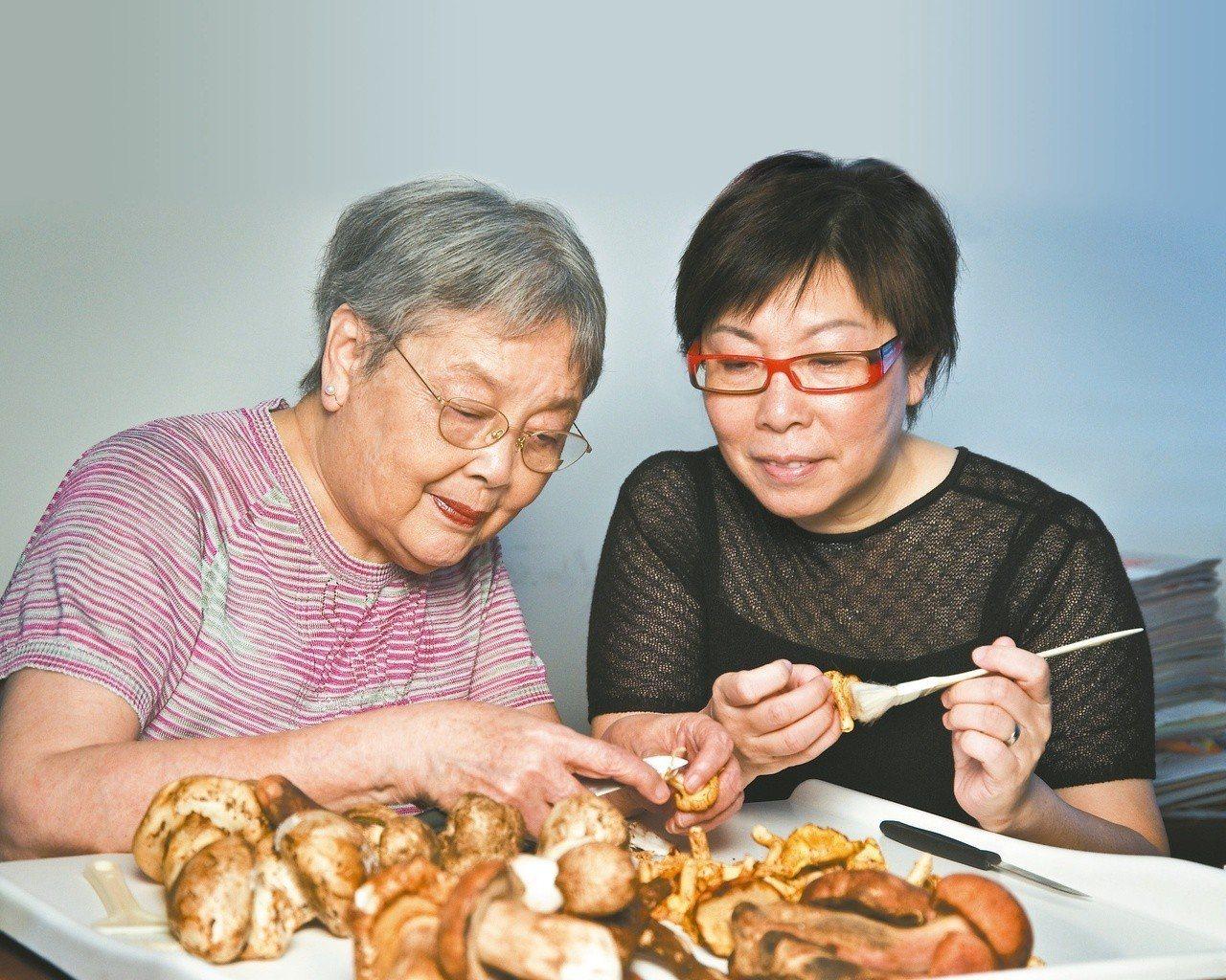 江獻珠老師(左)與大師姐麥麗敏。圖/大師姐提供