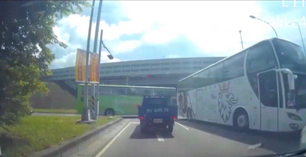 一輛遊覽車昨天從國道一號彰化交流道下來後,卻在彰化市新平路口迴轉逆向行駛在車流量...