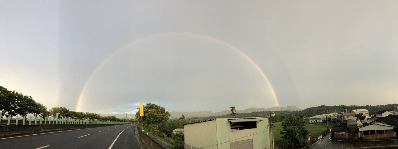 嘉義今天傍晚陣雨過後,中埔鄉山區又出現彩虹高掛天空,遠在數公里外都看到,許多民眾...