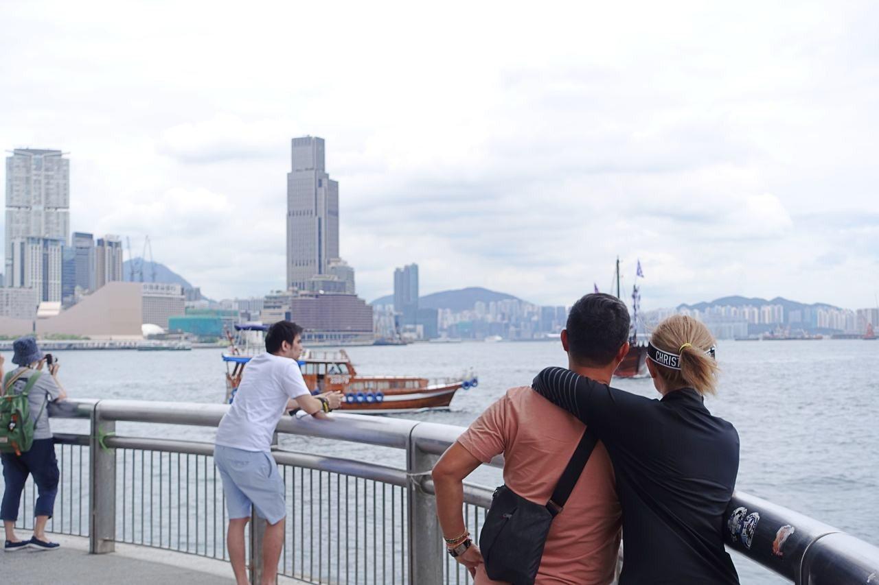 位處香港摩天輪旁的中環9號碼頭亦有許多旅客。記者沈佩臻/攝影
