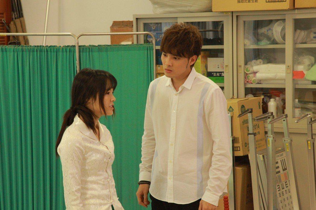 偉晉(右)、吳心緹在「搖滾畢業生」中交換身體。圖/華視提供