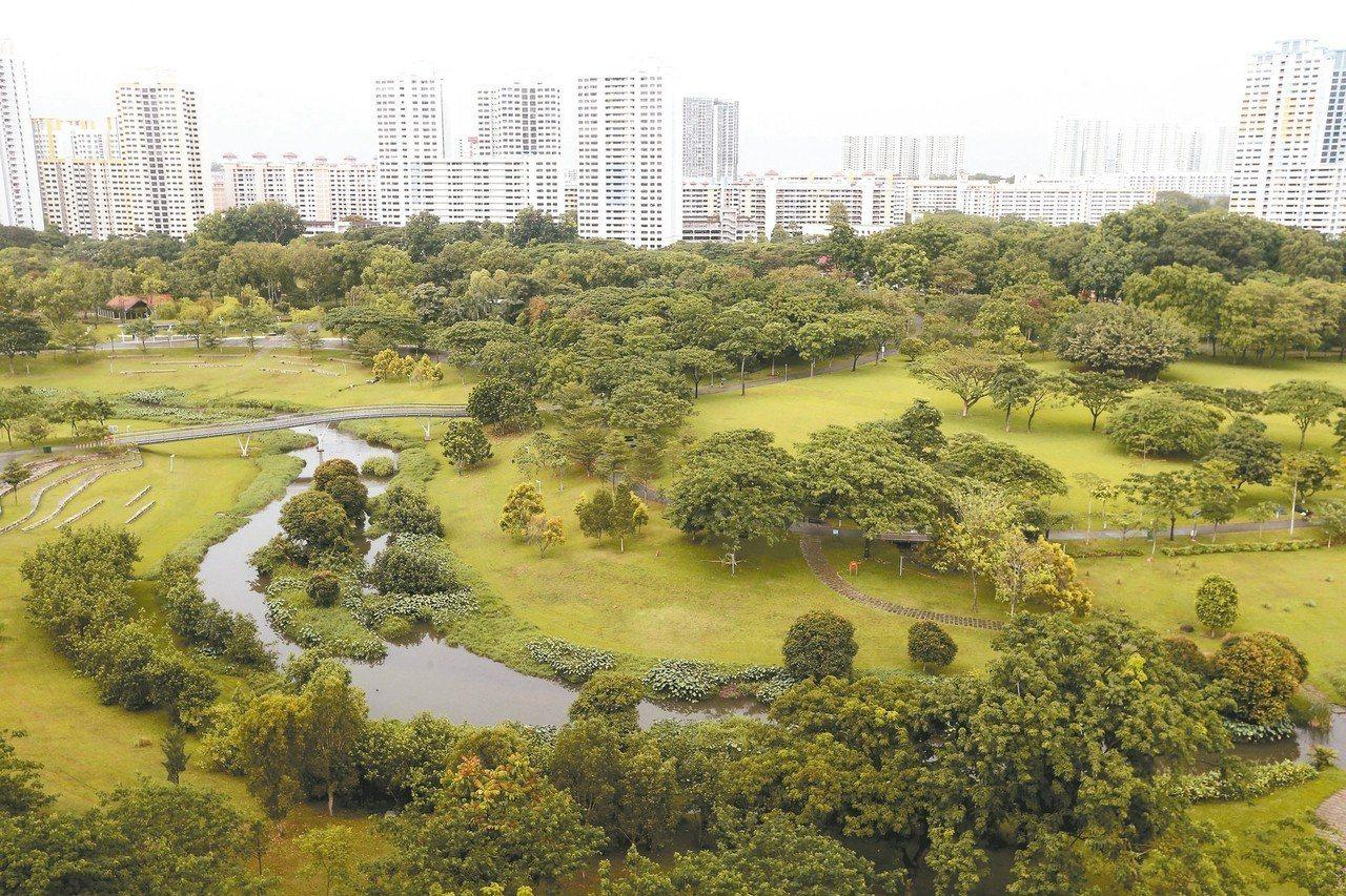 新加坡加冷河改造後,讓河流轉幾個彎流進公園。 記者黃仲裕/攝影