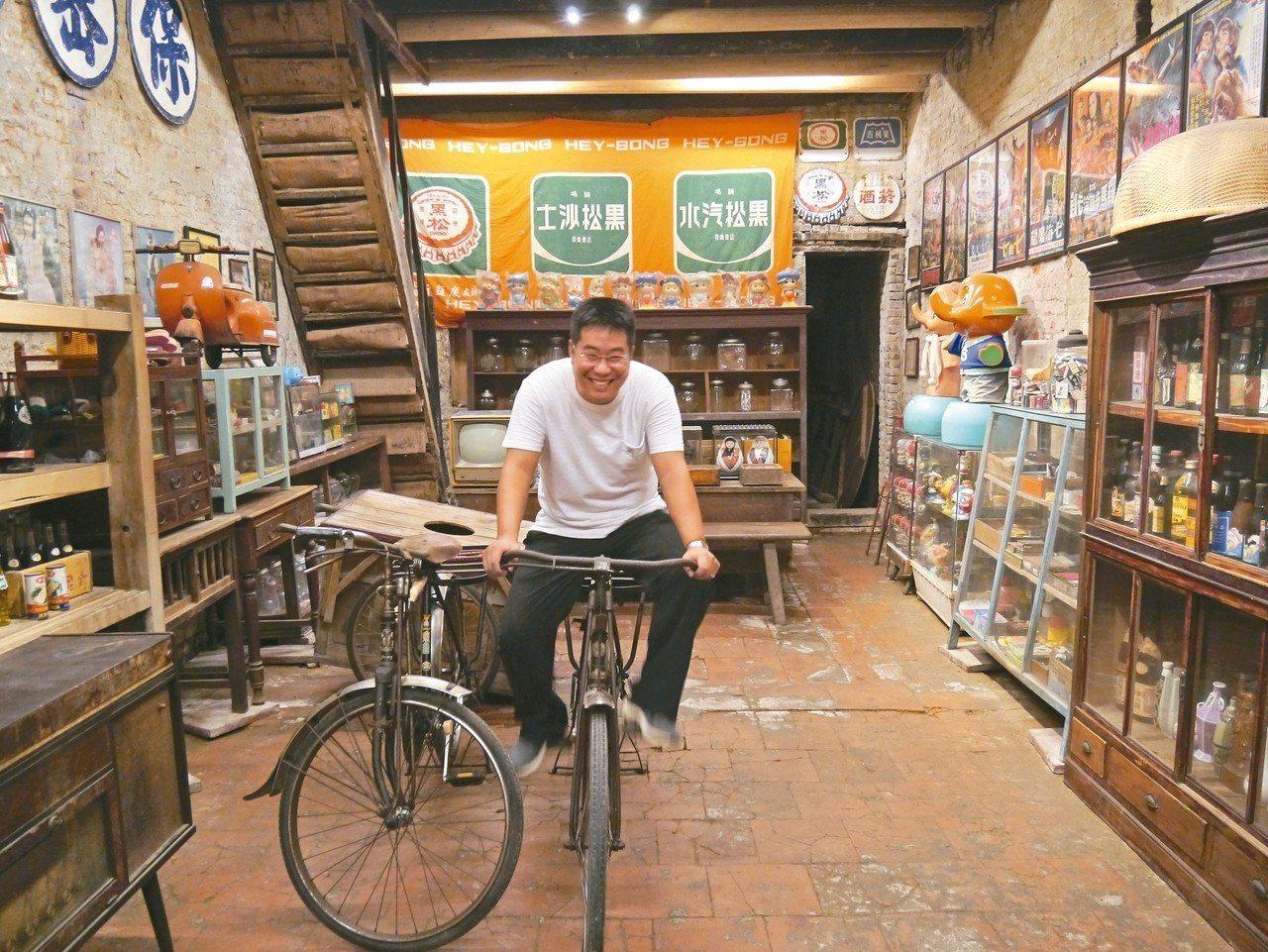 等菜時間,不妨到後頭的柑仔店一探老趣味。 記者羅建怡/攝影