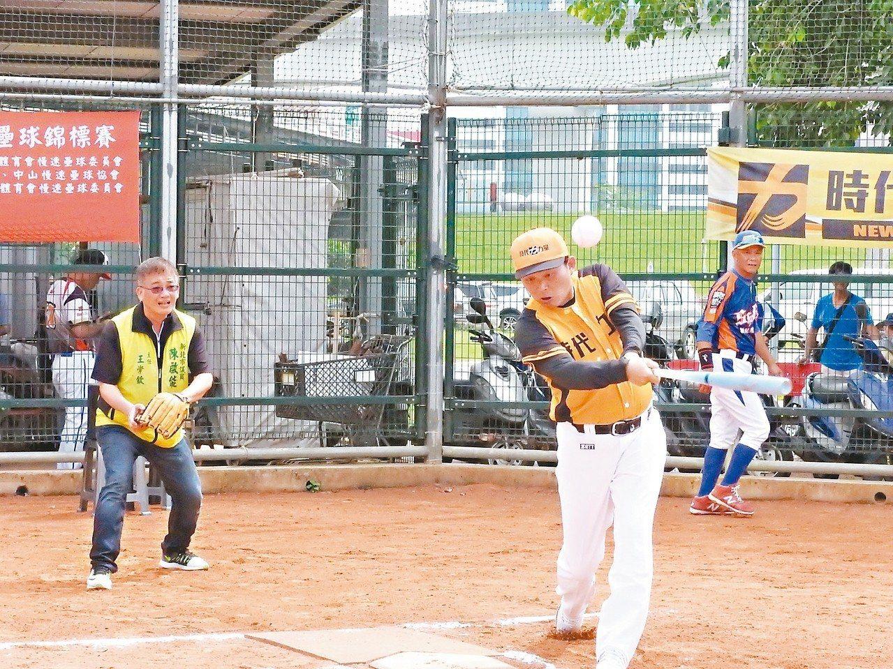 時代力量昨天舉辦新北盃慢速壘球錦標賽,藍綠陣營都有組隊切磋。 記者祁容玉/攝影