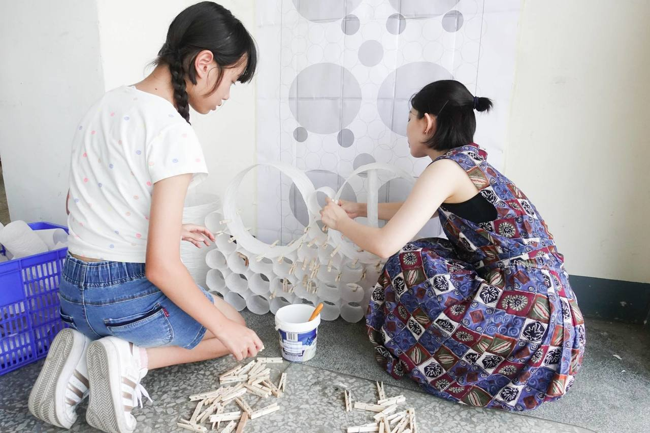 台東設計展參展藝術家進行布展。 記者羅紹平/翻攝