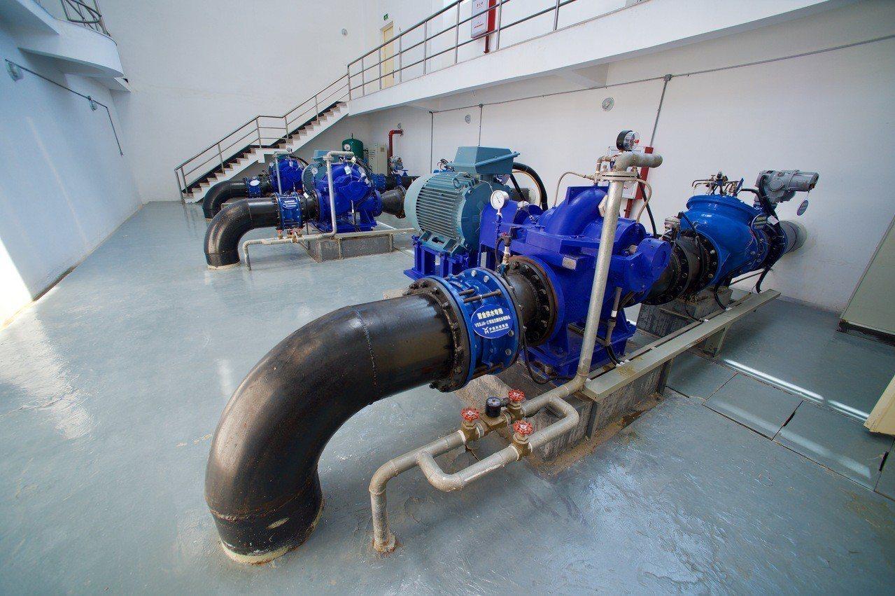 福建向金門供水工程由晉江龍湖取水泵站、陸地輸水管道和跨海輸水管道三部分組成,線路...