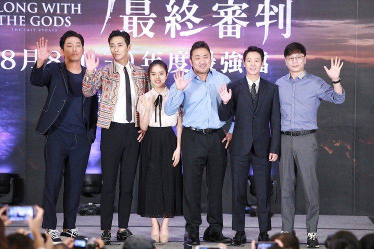 「與神同行」演員河正宇(左起至右)、朱智勛、金香起、馬東石、金東旭、導演金容華中...