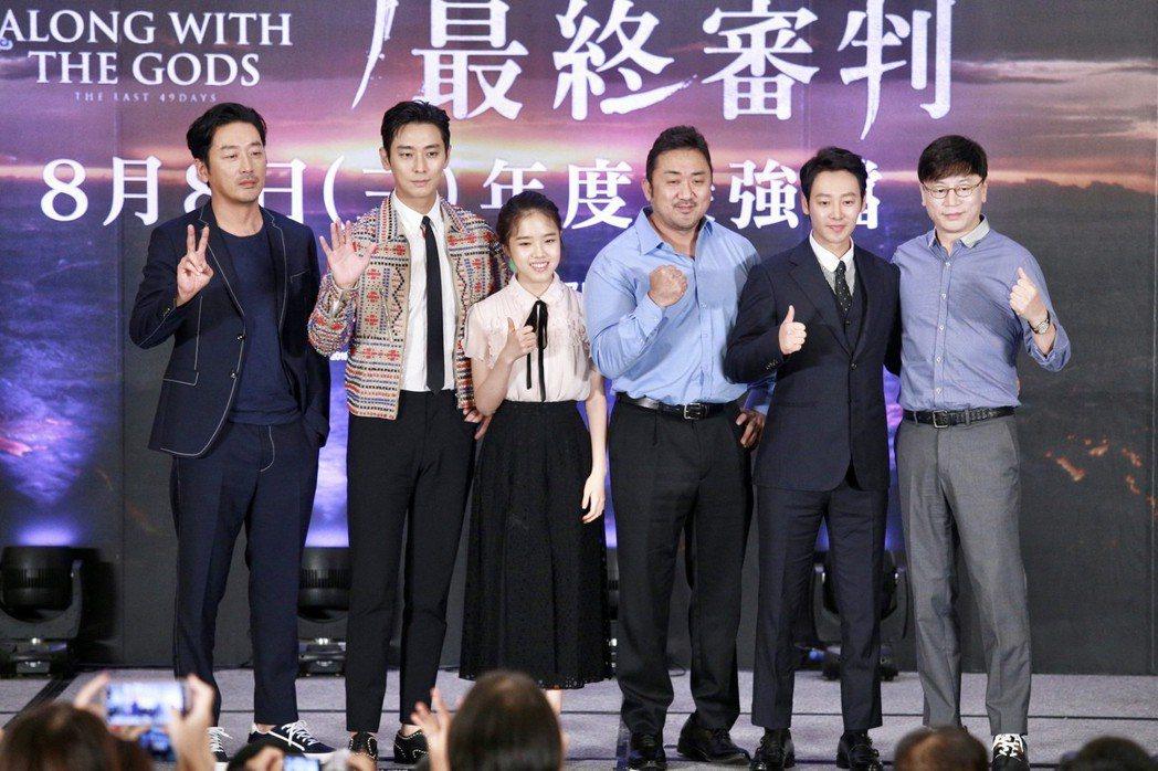 「與神同行」演員河正宇(左起至右)、朱智勛、金香起、馬東石、金東旭、導演金容華出...