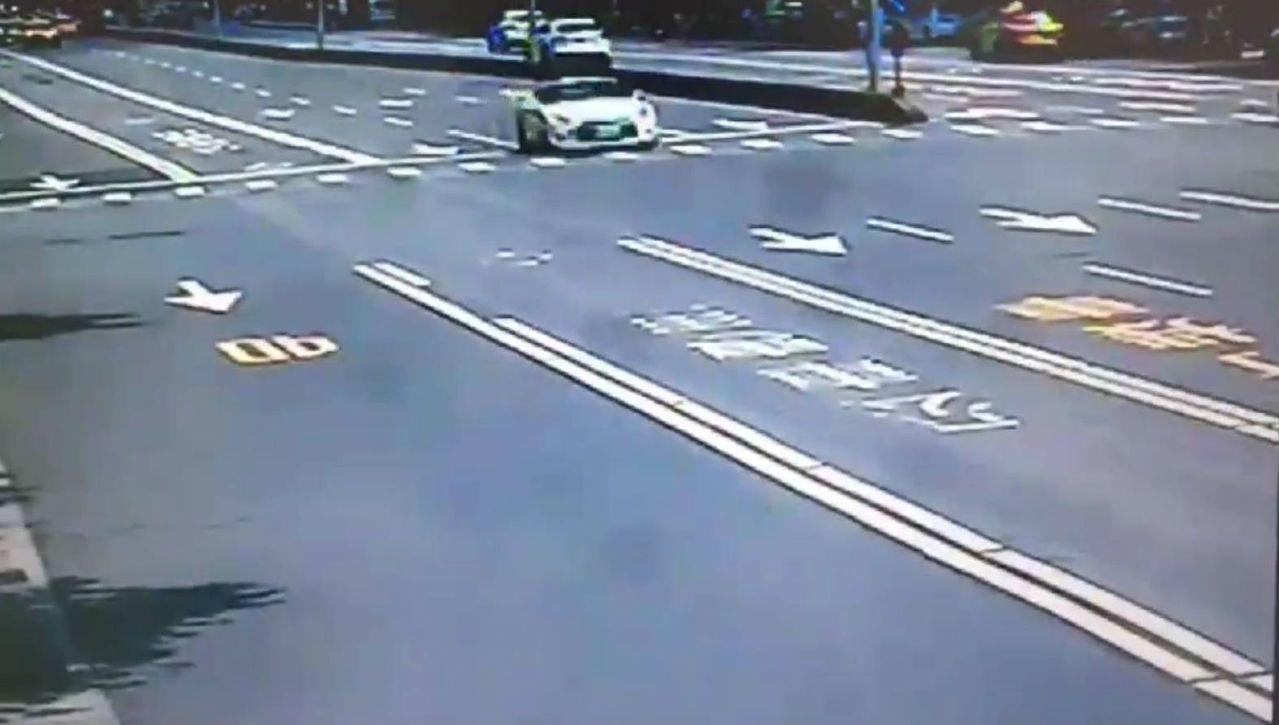 警方調閱監視器畫面,發現GTR跑車速度很快。 記者廖炳棋/翻攝
