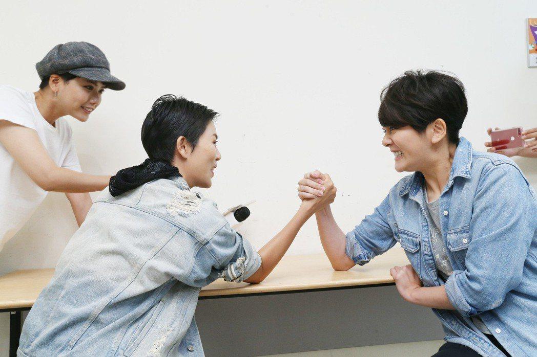 「女兵日記」專訪,楊雅筑(右)、劉香慈(中)比腕力。記者許正宏/攝影