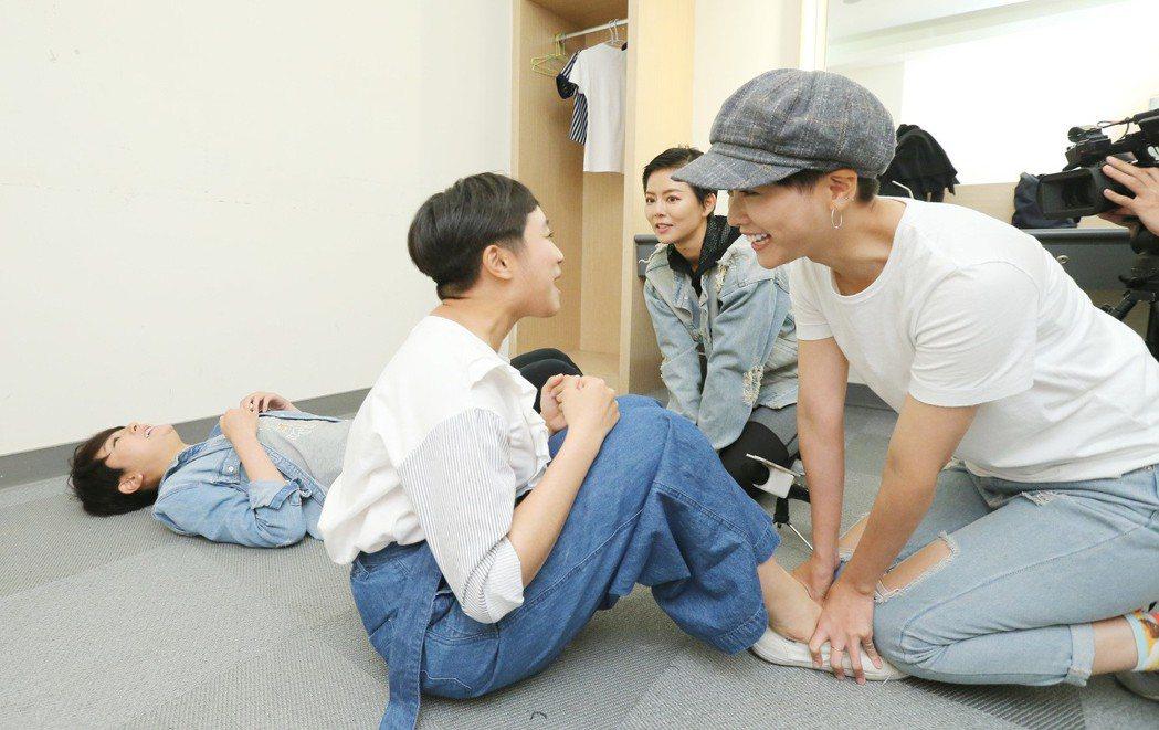 「女兵日記」專訪,楊雅筑(左起)、梁舒涵、劉香慈、方語昕玩遊戲。記者許正宏/攝影