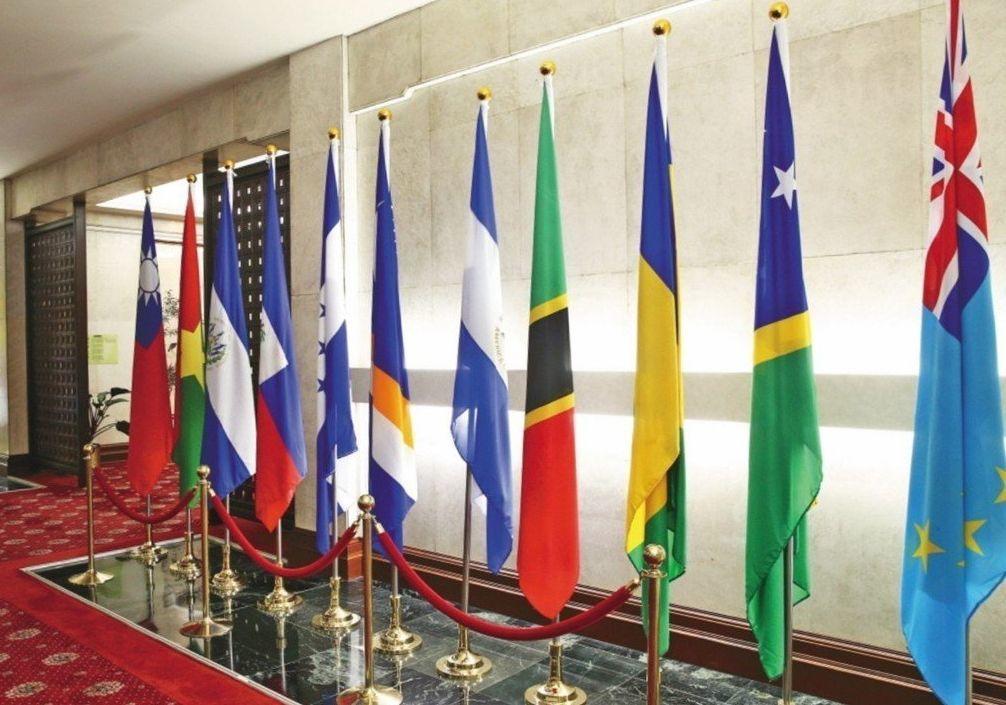 圖為台布斷交前外交部所懸掛的邦交國國旗,布吉納法索(左二),宏都拉斯國旗(左五)...