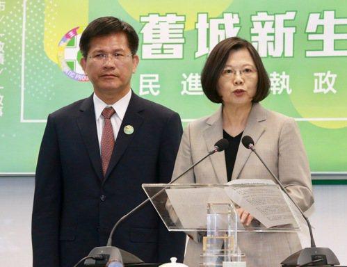 針對東亞青運被迫停辦,總統蔡英文(右)呼籲國人,一起為認真準備的選手討公道。 圖...