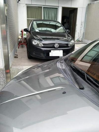 台南一名女屋主發現自家車庫竟遭陌生轎車停放,也一度聯絡不上車主,憤而想關鐵門。圖...