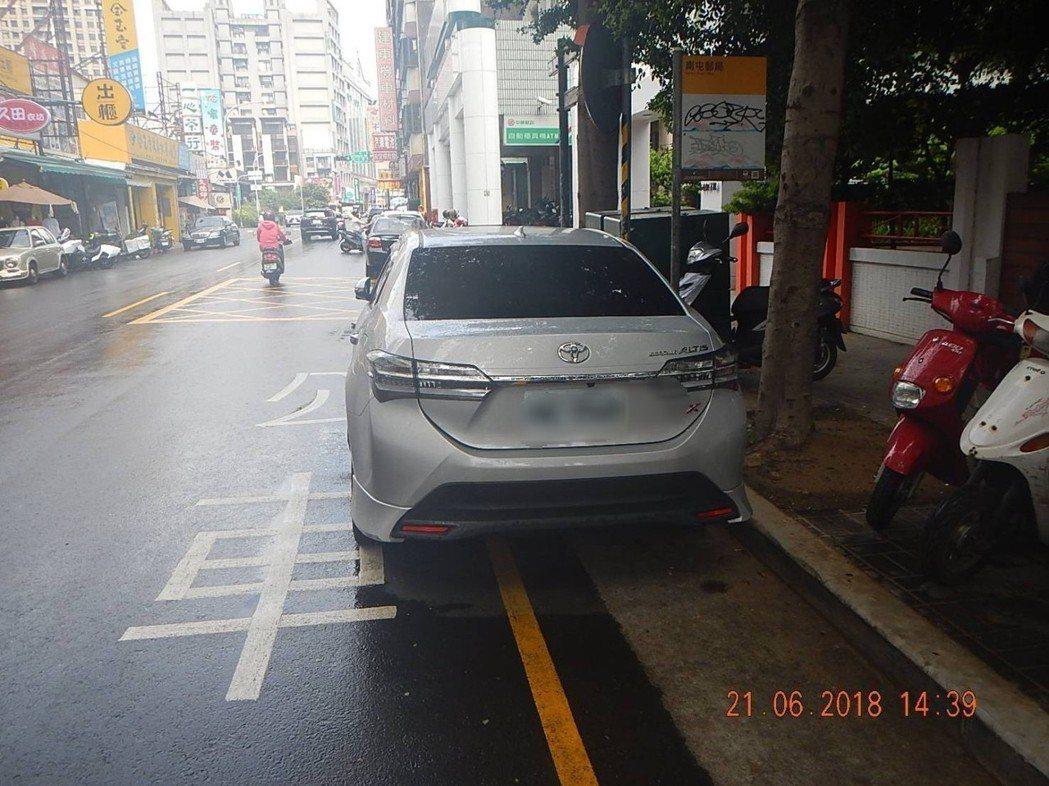 這輛轎車停在公車停靠站的黃線上,警方接到檢舉直接開罰單。圖/台中市警局交通大隊提...
