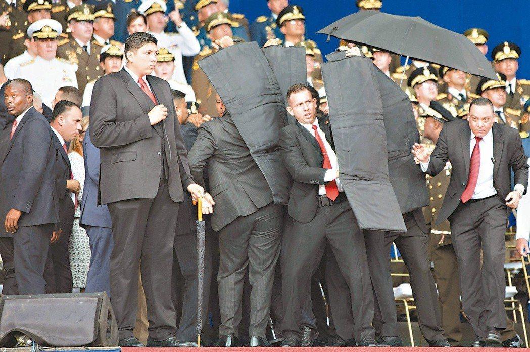 委內瑞拉總統馬杜洛演說時遭裝載爆裂物的無人機攻擊,幸好逃過一劫。 (新華社)