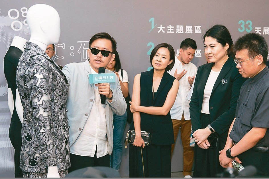 由旅英服裝設計師詹朴所設計的「當花瓣落下系列」是結合數位印花逤製成的作品。 台灣...