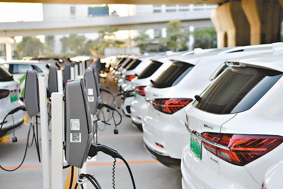 大陸充電樁產業正面臨洗牌,圖為廣州南站停車場設立的共享汽車充電樁。 新華社
