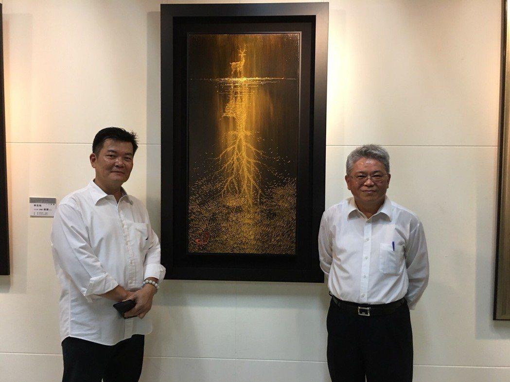 林吉裕(左)為財政部國有財產署署長曾國基(右)解說添祿作品之一-志氣的創意。鄭芝...