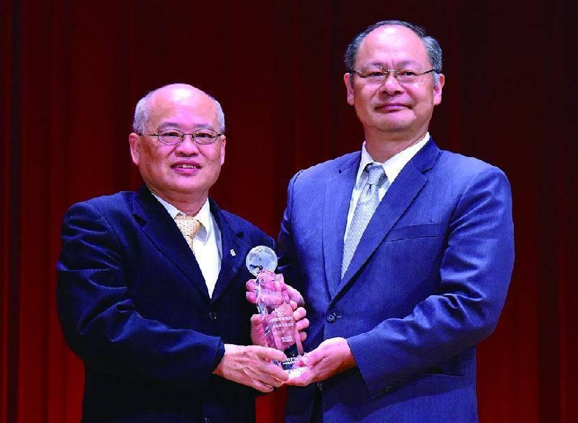 金管會保險局局長吳桂茂(右)頒發最佳通路策略獎予富邦人壽執行副總譚家驎(左)。