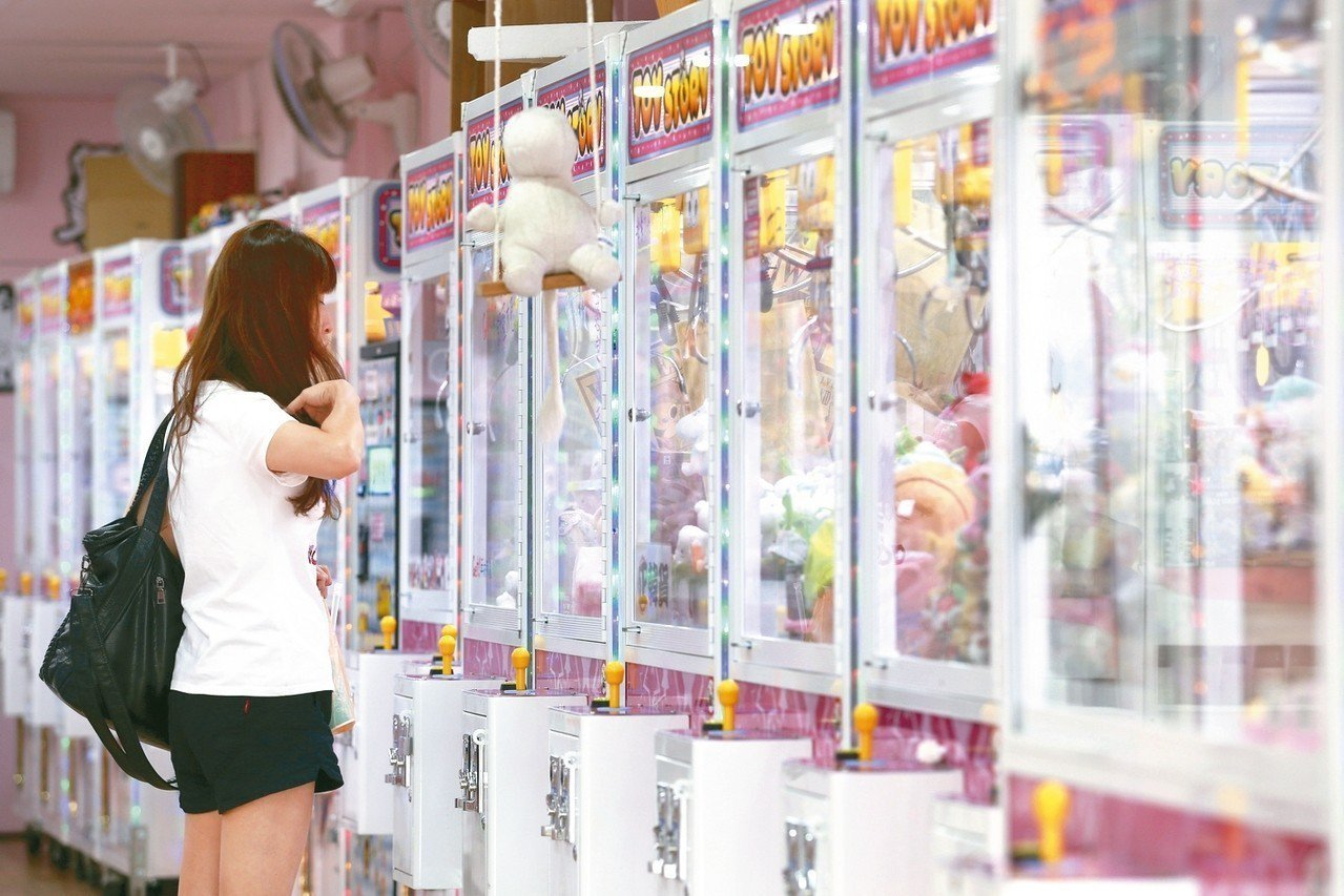 鑑於娃娃機如雨後春筍般,一家接著一家開,部分縣市今年首度將夾娃娃機列為重點清查對...