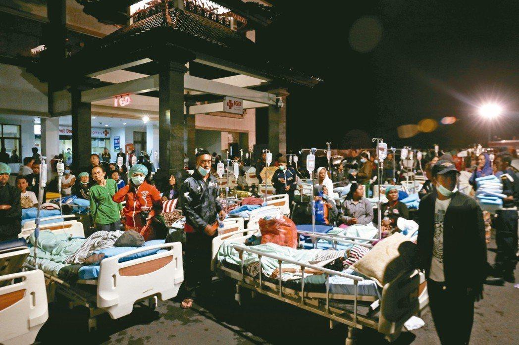 院區病患被轉移至戶外區域以預防後續餘震襲擊。 路透