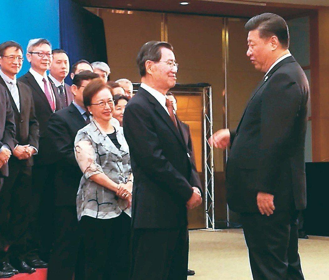 大陸國家主席習近平(前右)4月在博鰲論壇開幕式前接見由前副總統蕭萬長(前左)所率...