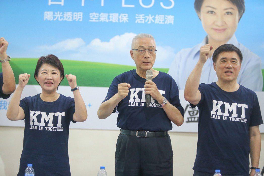 國民黨行動中常會首場上月在台中舉行,黨主席吳敦義(中)、副主席郝龍斌(右)為台中...