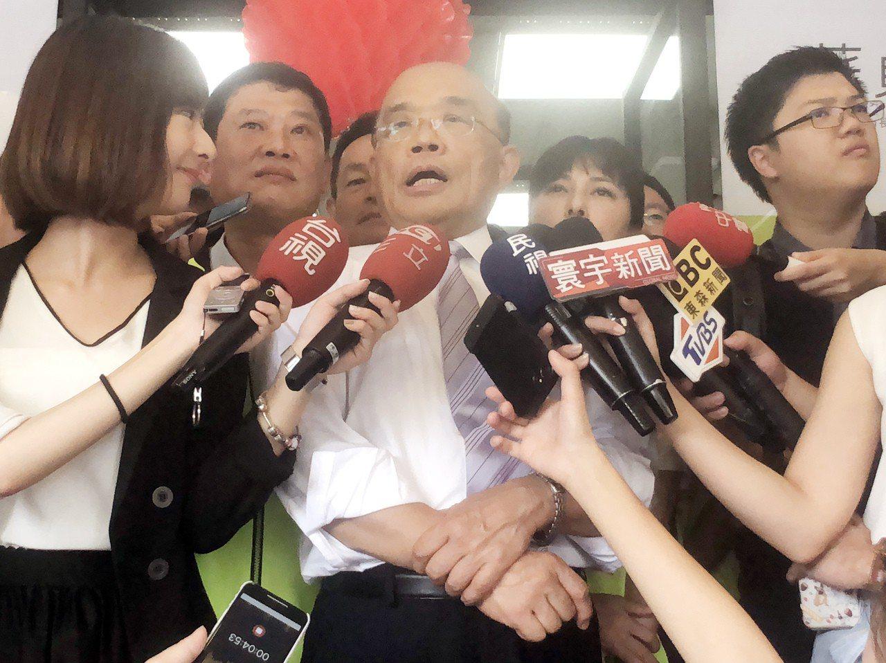 民進黨新北市長參選人蘇貞昌(前中)6日表示,民進黨對能源環保政策態度始終一致,而...