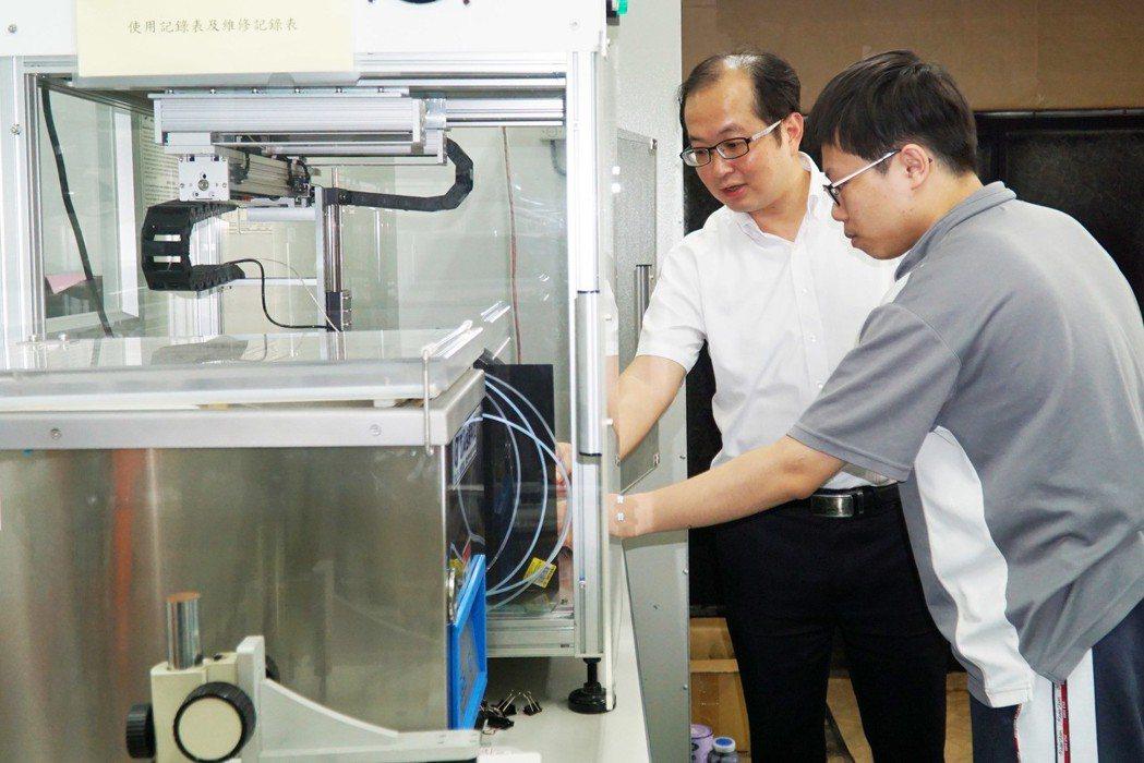 大葉大學研發長黃俊杰(左)指導學生做實驗 大葉大學/提供。