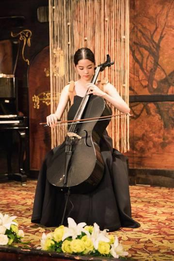 一名中國留學生日前帶著自己的大提琴搭乘美國航空,要從邁阿密飛往芝加哥,但是空服員卻以「飛機太小,裝不下琴」為由,將這名中國留學生連人帶琴的趕下飛機。而本身也是在拉大提琴的歐陽娜娜,看到這則新聞後,忍...