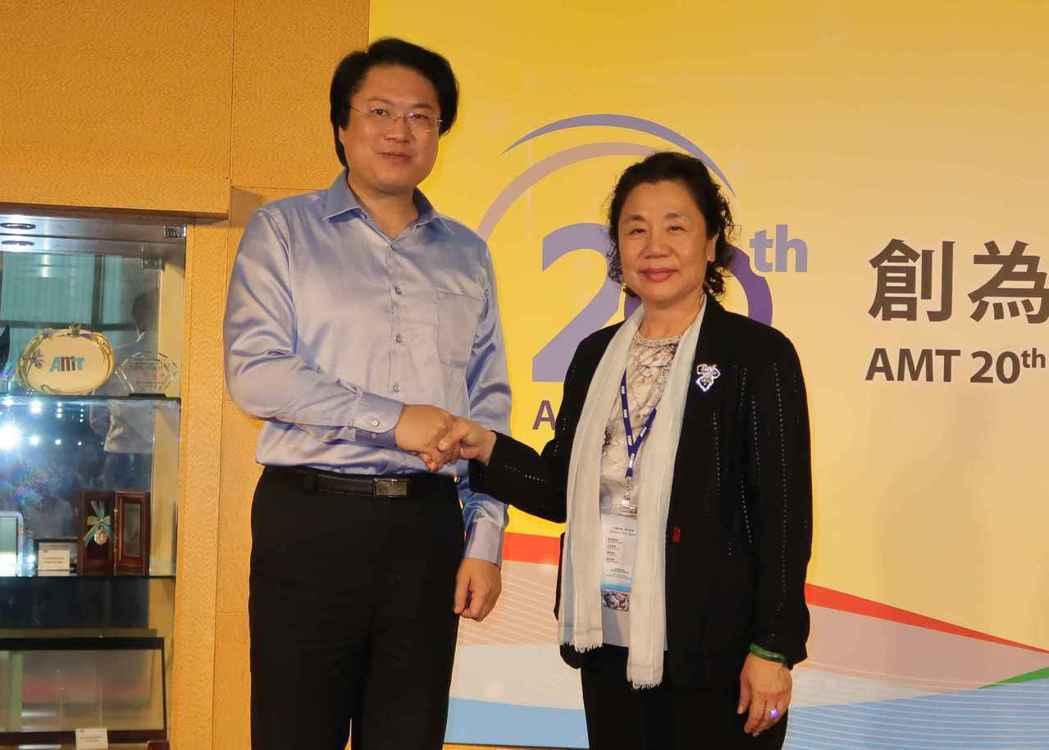基隆市長林右昌(左)出席AMT20周年慶祝酒會與AMT總經理趙書華合影。 李炎奇...