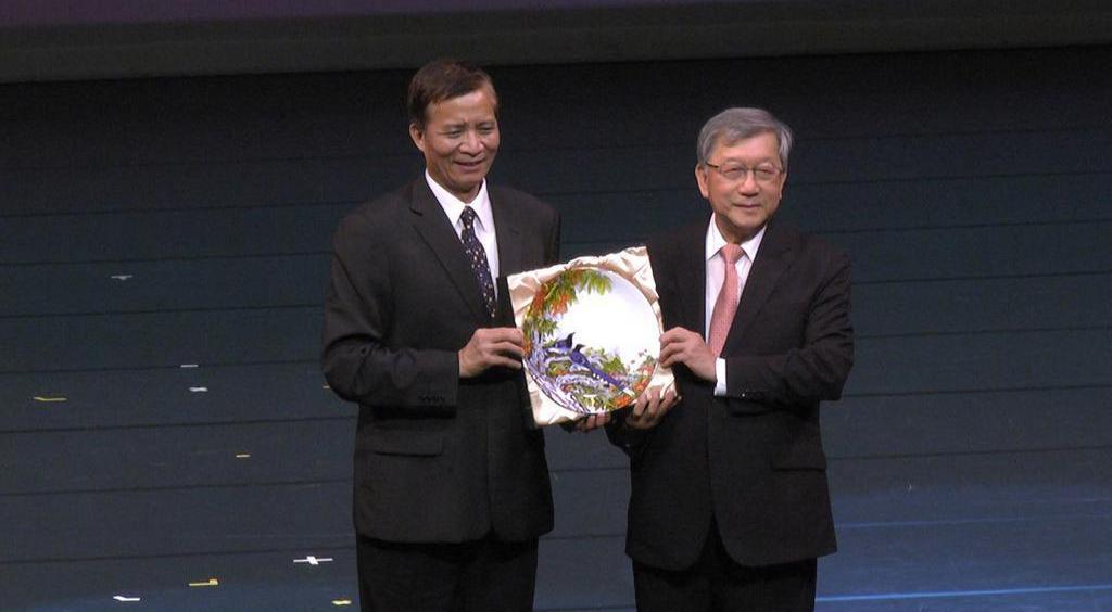 邱鏡淳(右)贈送紀念品予高建智(左)。